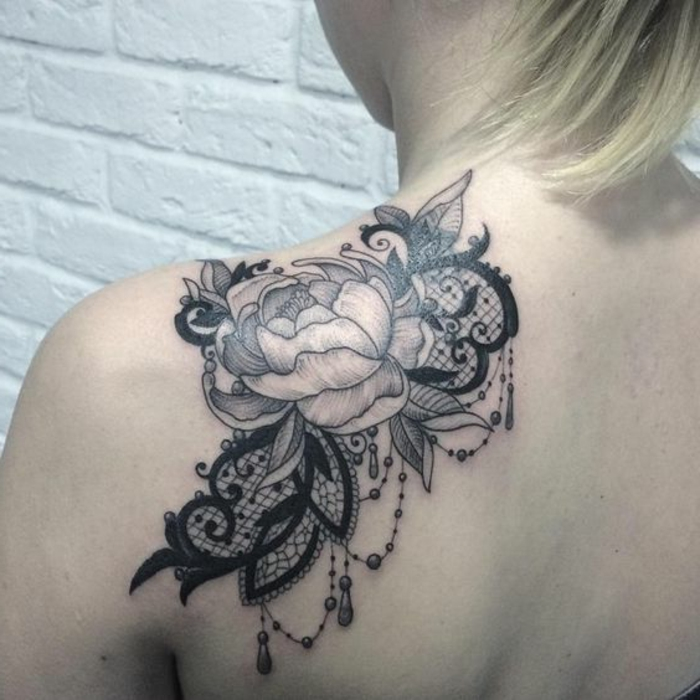 tatouage fleur femme, jolie fleur épanouie à l'épaule - rose et ornements pendants