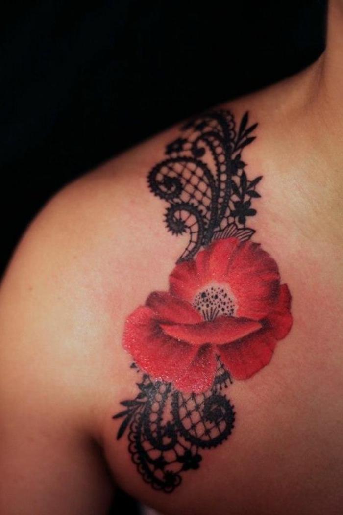 tatouage fleur femme, coquelicot tatoué à l'épaule avec dentelle filet et motifs végétaux