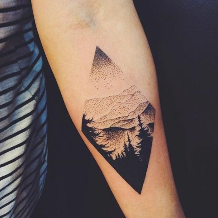 tatouage géométrique, tatouagemo mystique bras femme, sapins hauts et montagne