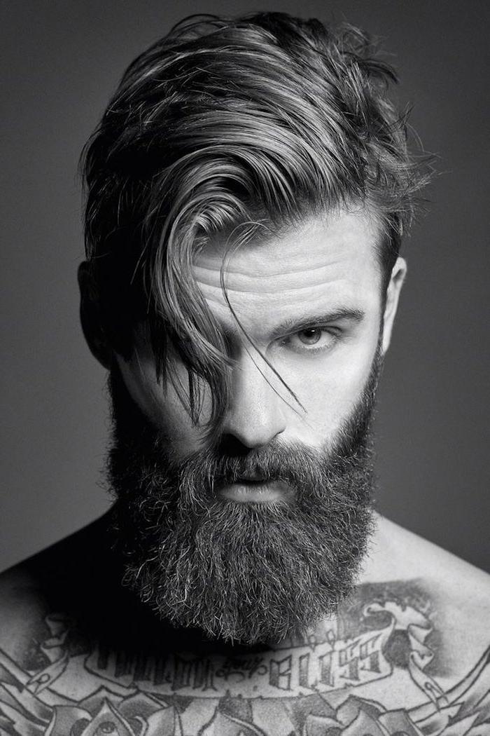 les plus beaux tatouages, homme barbe longue, coiffure homme sur le côté, tatouage poitrine, motifs lotus
