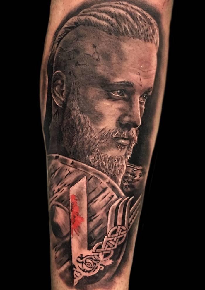 les plus beaux tatouages, visage de Ragnar Lothbrok, inspiration Vikings, tatouage guerrier