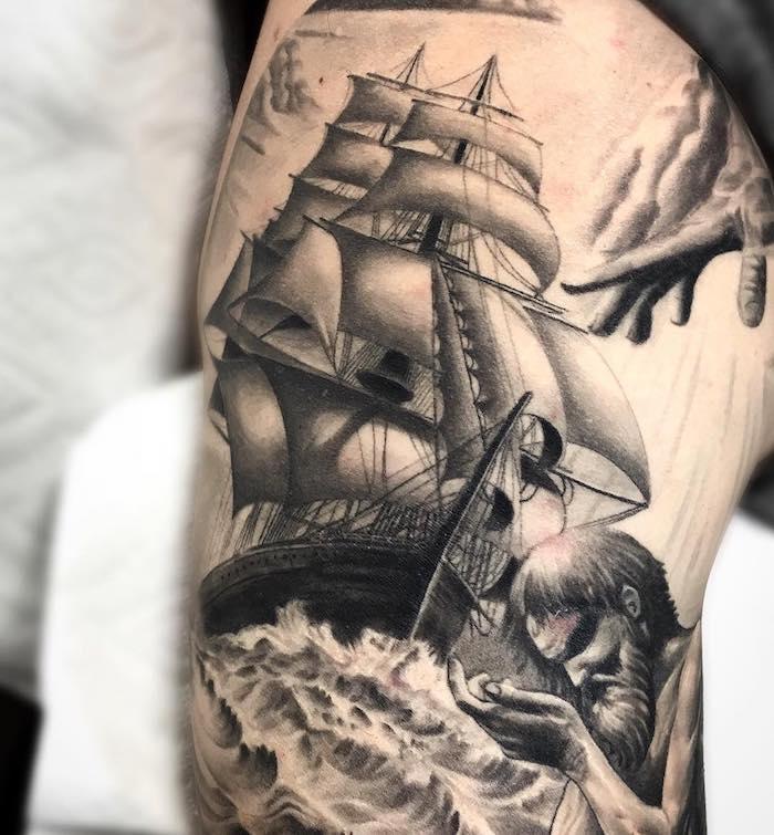 tatouage avant bras, design tattoo épaule, bateau à voile, dessin en encre, tempête dans le mer