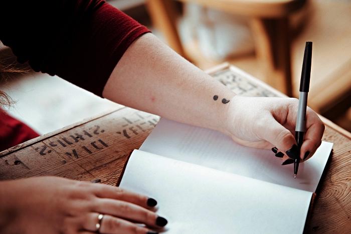 tatouage simple et minimaliste point-virgule sur le côté du poignet, idée tatouage main femme à design discret