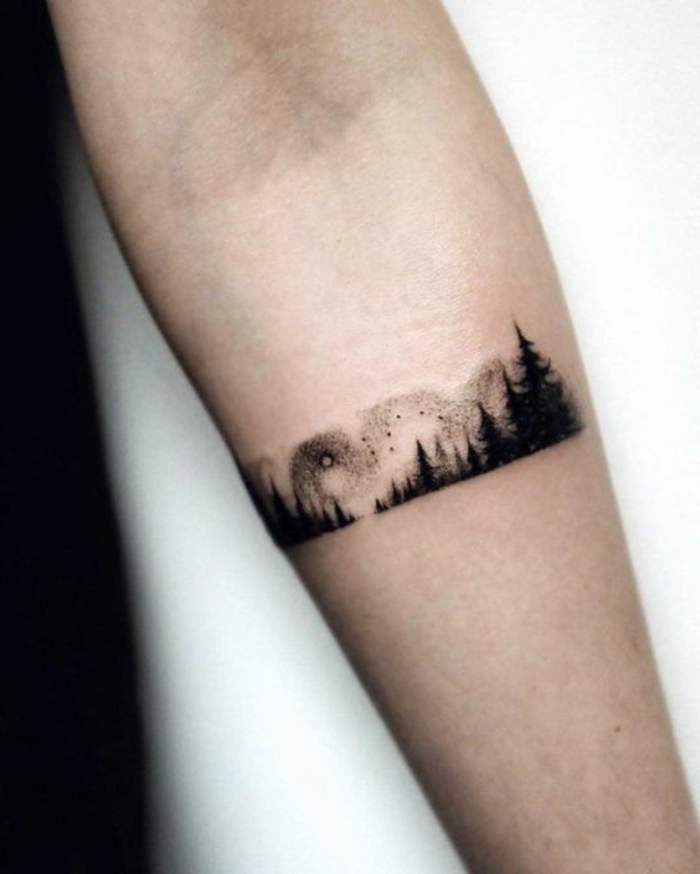 tatouage minimaliste homme, tatouage stylé avant-bras, forêt de pins
