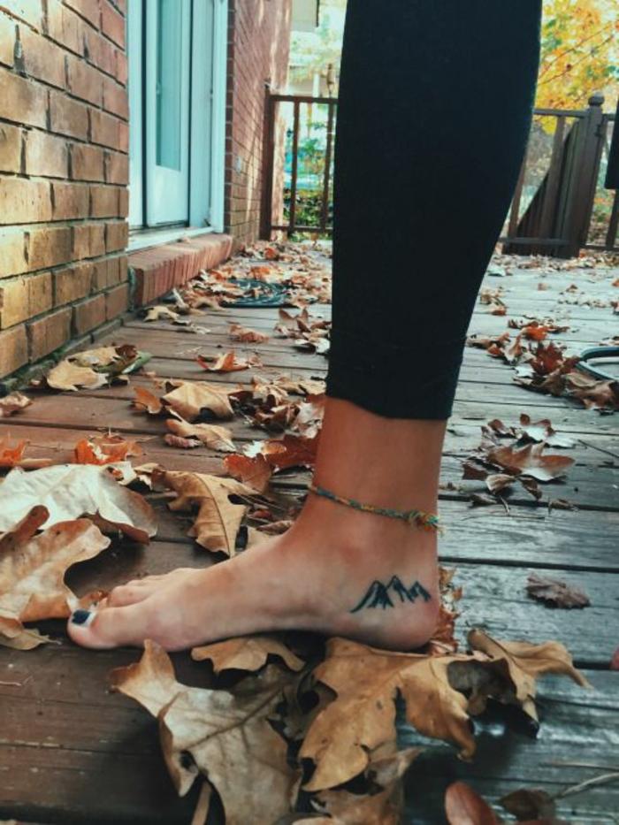 tatouage minimaliste, idées pour tatouage original minimaliste, braclelet de pied