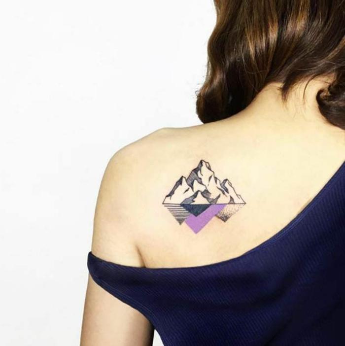 tatouage montagne sous l'épaule, symbole de montagne en noir et lilas