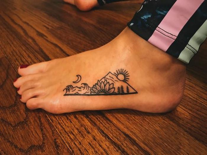 tatouage montagne, grande fleur, soleil levant et lune, montagne triangulaire