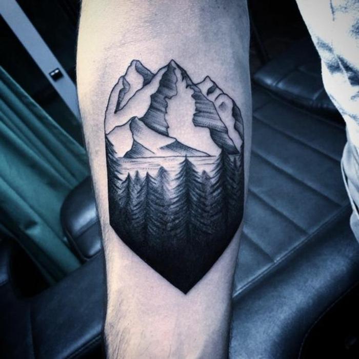 tatouage montagne, dessin mythique de montagne et de pins sur l'avant-bras