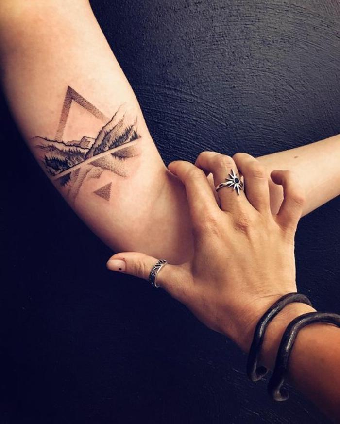 tatouage noir et blanc, tatouages symboliques de paysages et de massifs