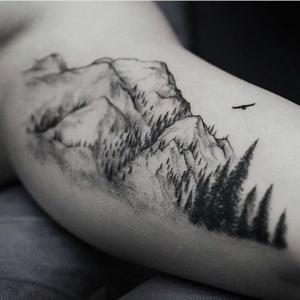 Le tatouage montagne - qu'est-ce qu'il symbolise et quelles sont les options
