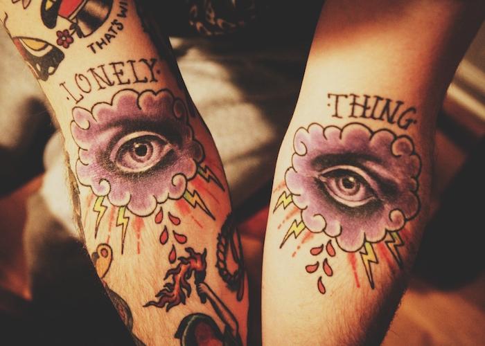 beaux tatouages homme avant bras ou tattoos nuages old school couleurs tattoo oeil dieu