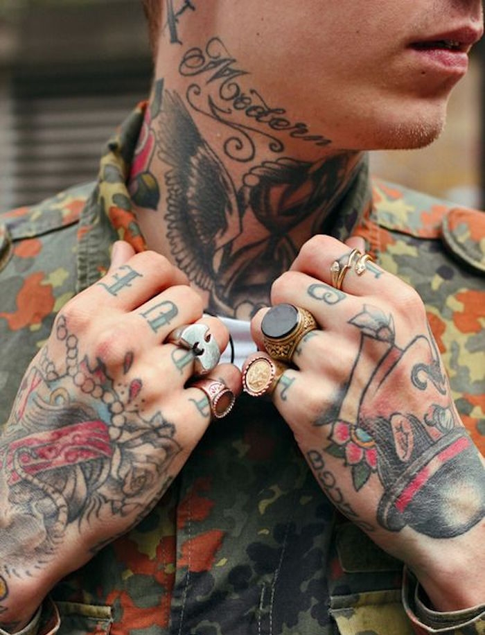 tatouage dans le cou hipster homme style old school tattoo gorge