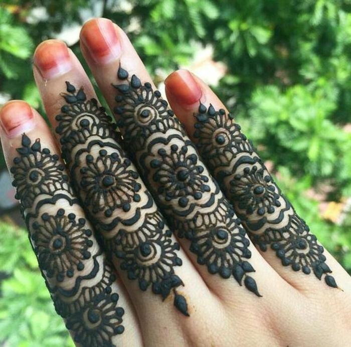 tatouage original sur les doights, tatouage au henné, motif dentelle noire