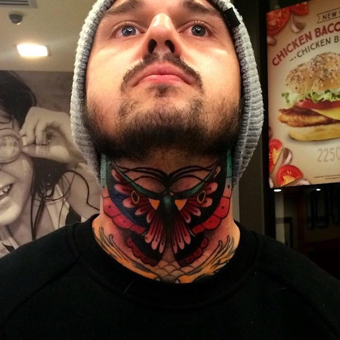 tatouage cou papillon homme couleurs idée tatouage nuque vintage
