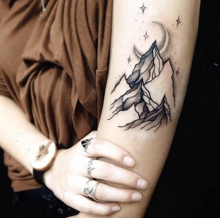 tatouage paysage, nuit magique avec lune et étoiles au-dessus de la montagne