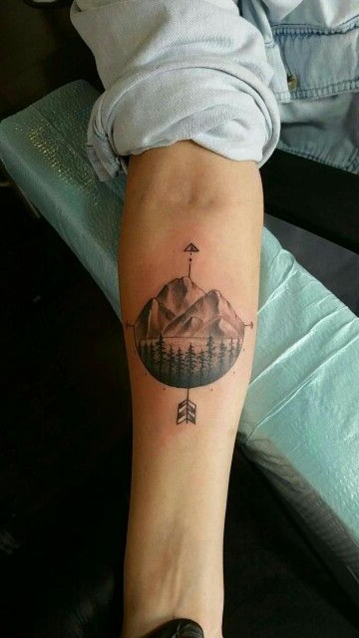 tatouage paysage, les quatre sens du monde, une montagne, une forêt et une flèche undienne