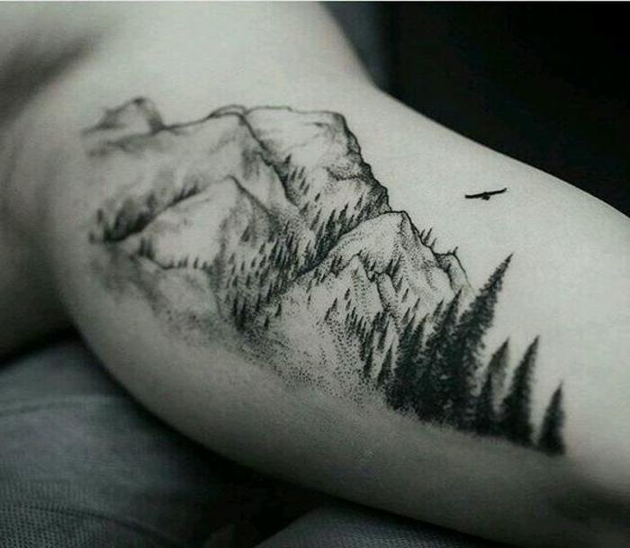 tatouage paysage, sapins et montagne, aigle qui vole, tatouage au bras homme