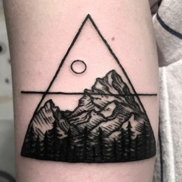 tatouage paysage, dessin symbolique, grand triangle et soleil au-dessus de la montagne