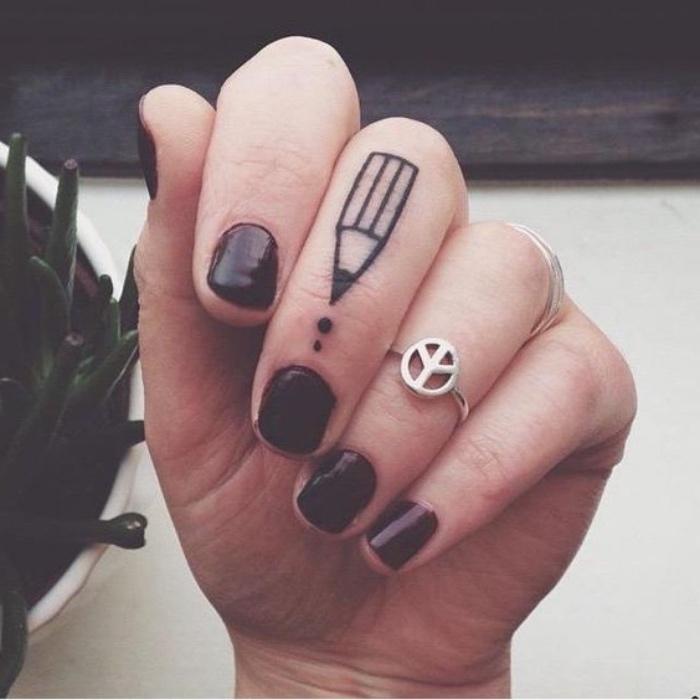 tatouage petit avec un crayon sur le doigt, phalange, idée de tattoo femme artistique