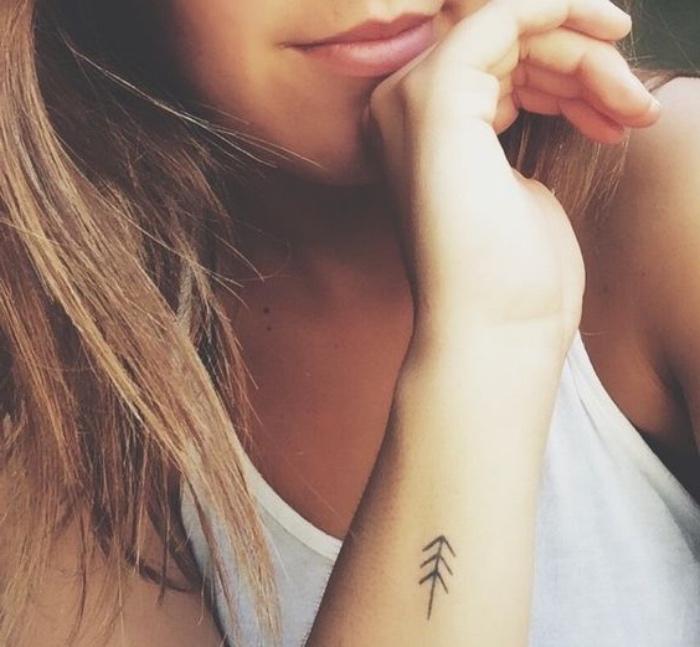 idée de petit tatouage bras femme, un sapin graphique, dessin simplifié, arbre, motif tribal
