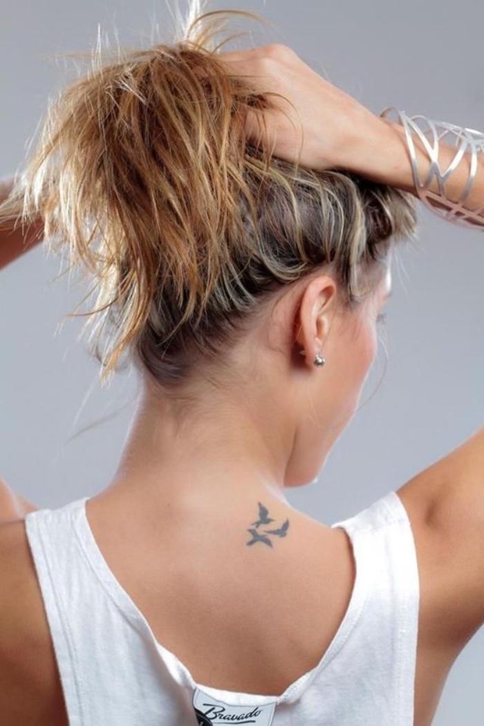 tatouage petit dos sur le coté, silhouettes noires oiseaux en volée, femme moderne élégante