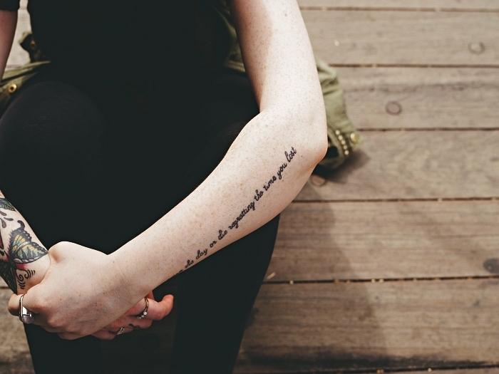 tatouage phrase à l'avant-bras, idée de tatouage avant bras femme vertical, tattoo mots inspiranst