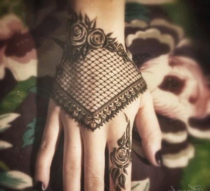 tatouage poignet, dentelle manchette et roses tatouées au poignet, vernis noir