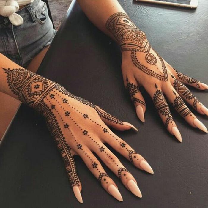 tatouage poignet, dentelle au poignet, motig=fs orientaux tatoués sur les poignets