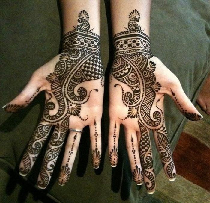 tatouage poignet dentelle, dessins tatoués aux paumes, arabesques et animaux mythiques