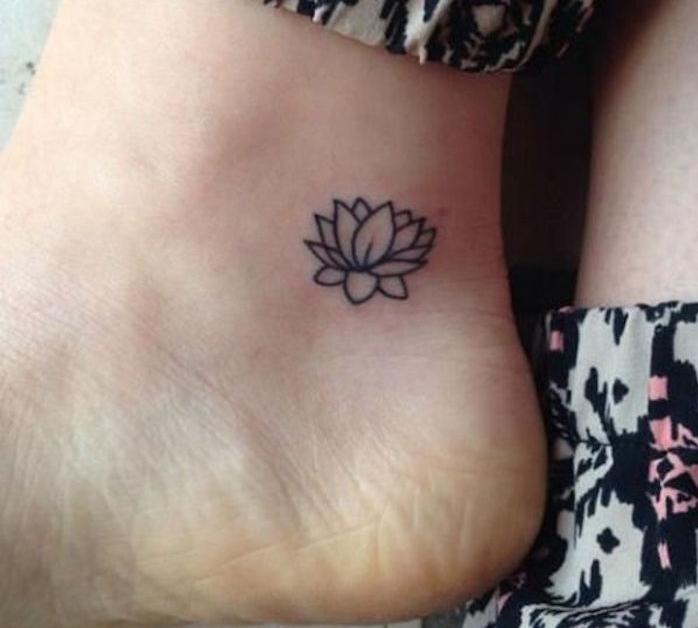 mini tattoo sur le pied tatouage pied cheville fleur de lotus