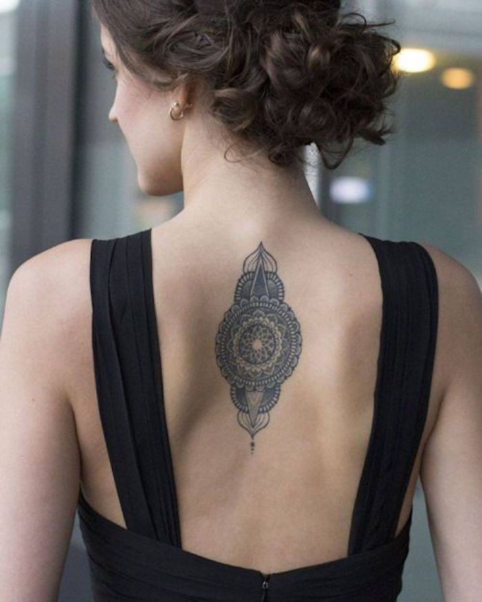 tatouage femme haut dos milieu style tattoo mandala rosace