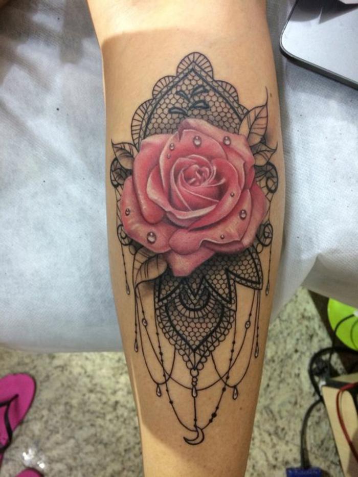 tatouage rose dentelle, grande rose épanouie et dentelle noire autour d'elle