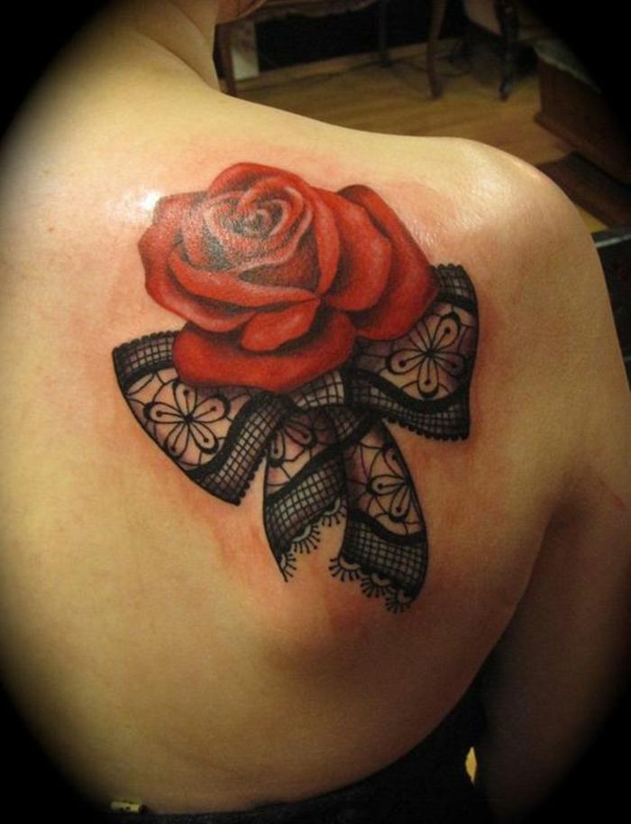 tatouage rose dentelle, rose rouge épanouie et ruban de dentelle noire