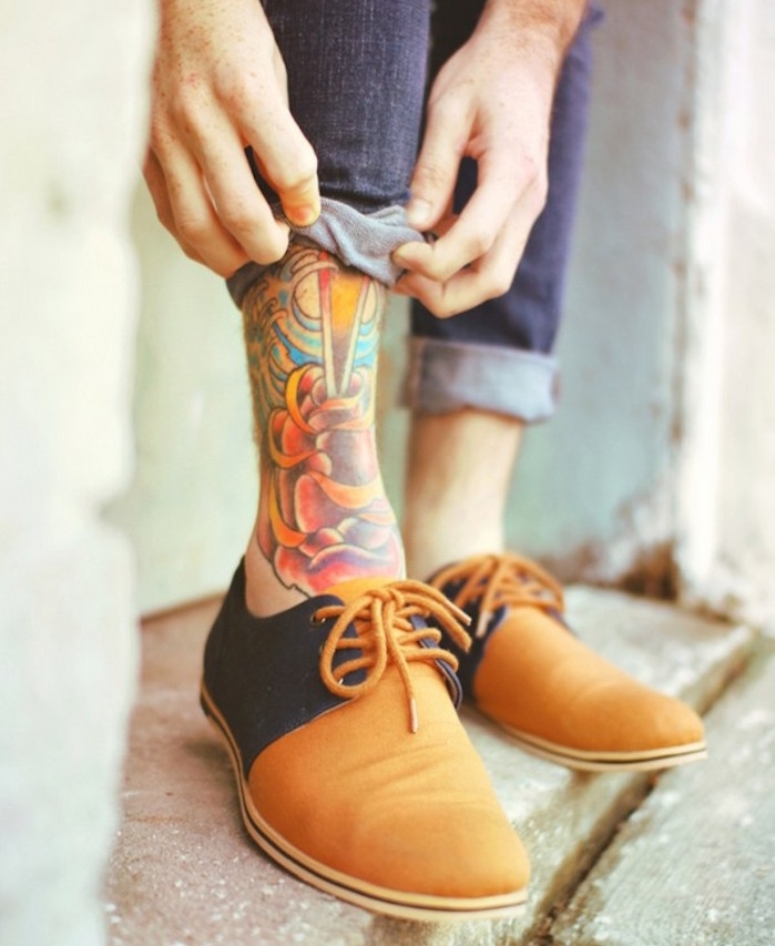 motif de tatouage cheville homme en couleur ou idée de tattoo pied tibia