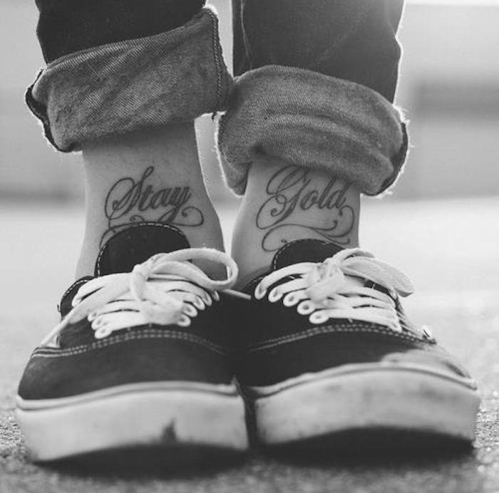 tatouage pour cheville écrit tattoo mots sur le devant des chevilles
