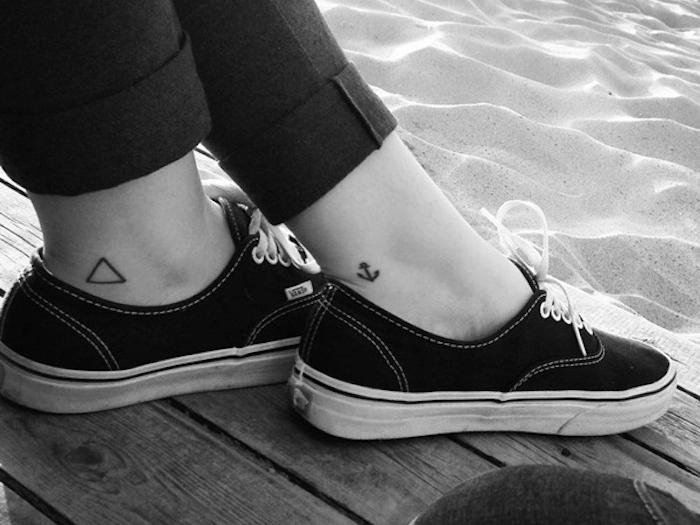 exemples de petit tatouage pour cheville fille triangle tattoo ancre sur le pied