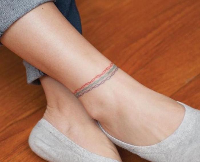 idée tattoo pied femme tatouage cheville chaine en couleurs