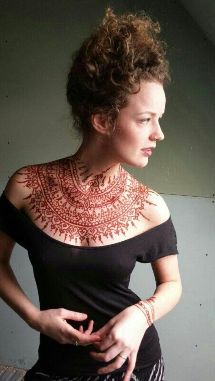 tattoo dentelle henné, tatouage dentelle orange au décolleté et blouse à épaules tombés
