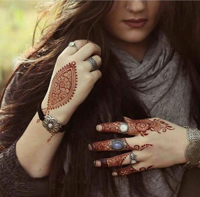 tattoo dentelle, plusieurs bijoux massifs et tatouage rouge dentelle