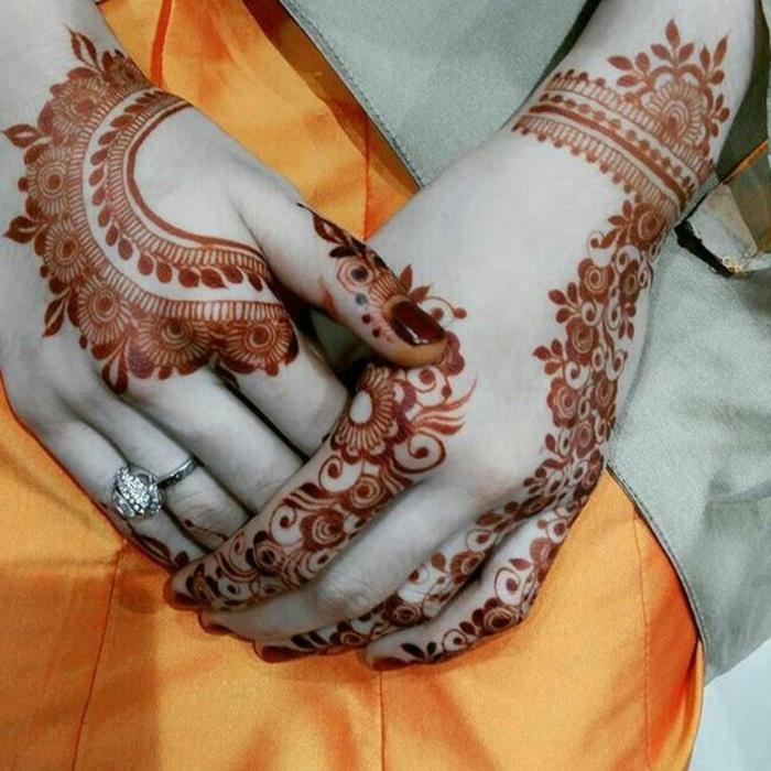 tattoo dentelle, henné sur les mains, couleur orange, tatouage femme autour du poignet
