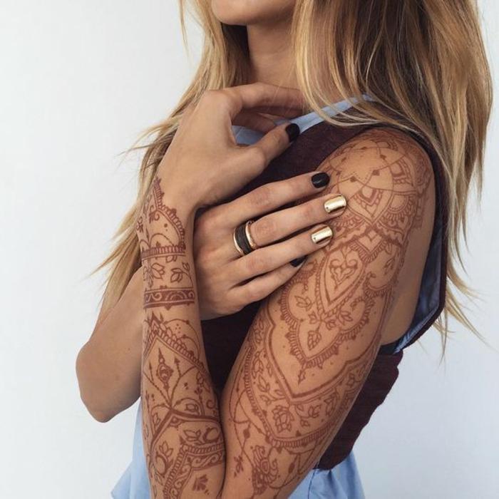 tattoo dentelle, manchette tatouage femme, henné main, manucure en noir et doré