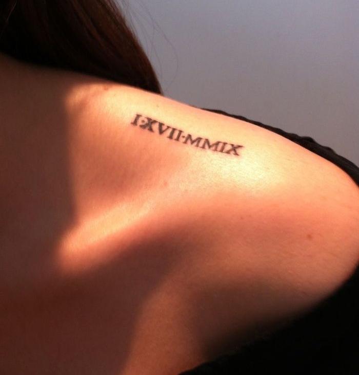 tattoo épaule femme nombre chiffre romains date rencontre idée tatoo