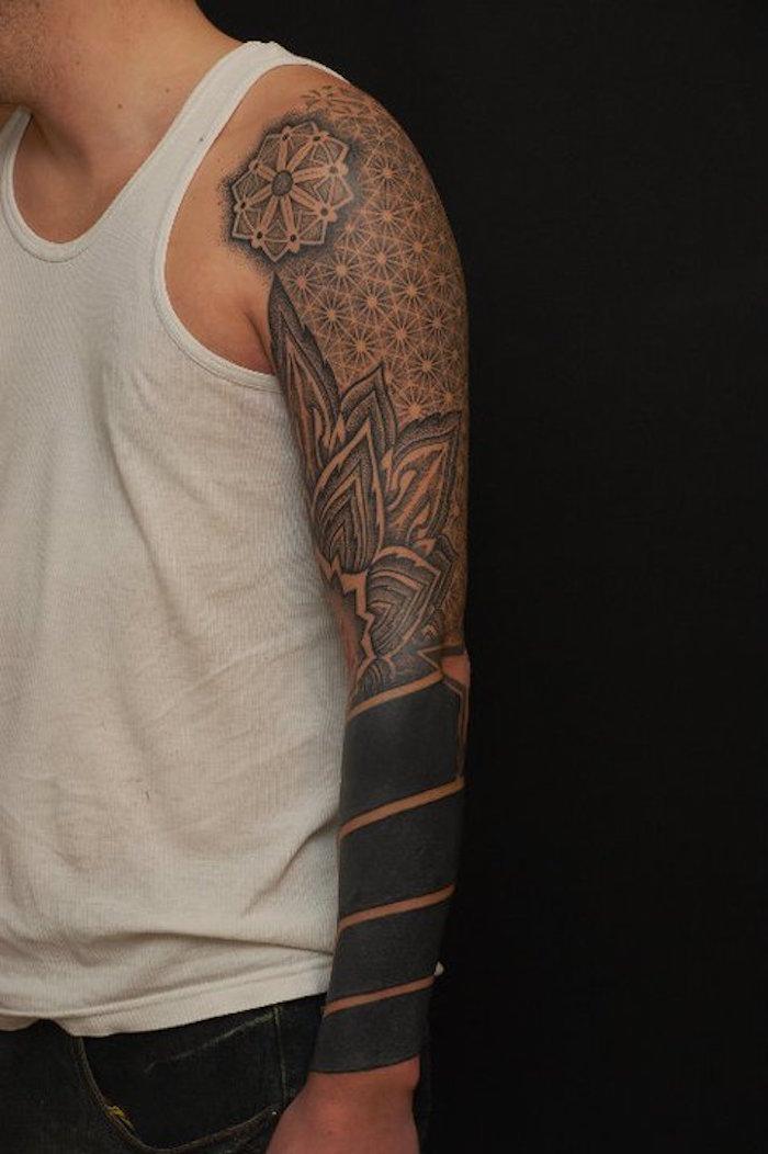 tatouages homme bras entier bandes noires poignet fleurs rosace pointillé
