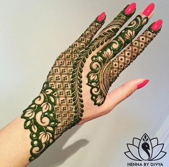 tattoo manchette, vernis à ongles rouge, dntelle et motif floral joli, tattoo vert