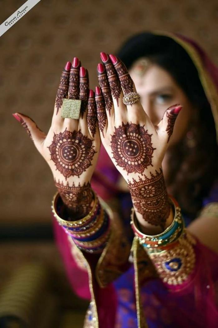 tattoo manchette, tatouage au henné sur les mains et les poignets, bagues massifs