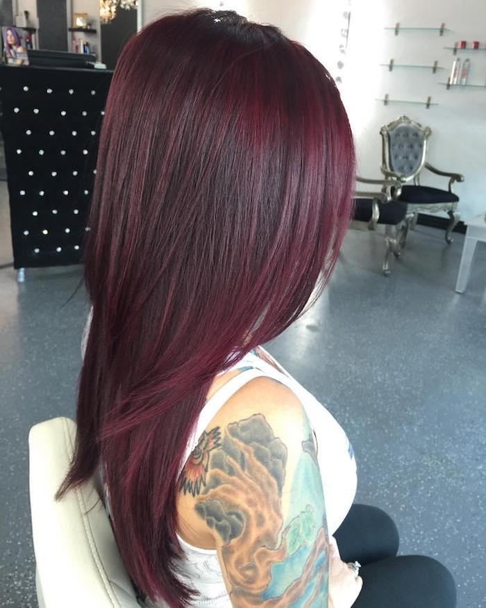 cheveux bordeau, tatto femme, fauteuil victorien, cheveux raids, coloration rouge foncé, cheveux bordeaux