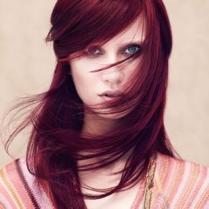 Les cheveux bordeaux en 40 photos splendides et des conseils pour garder leur éclat