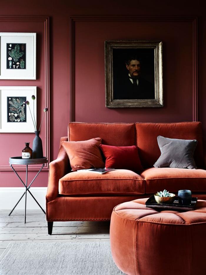 salon d'une ambiance douce crée par l'association de la couleur marsala et la couleur sienne orangée