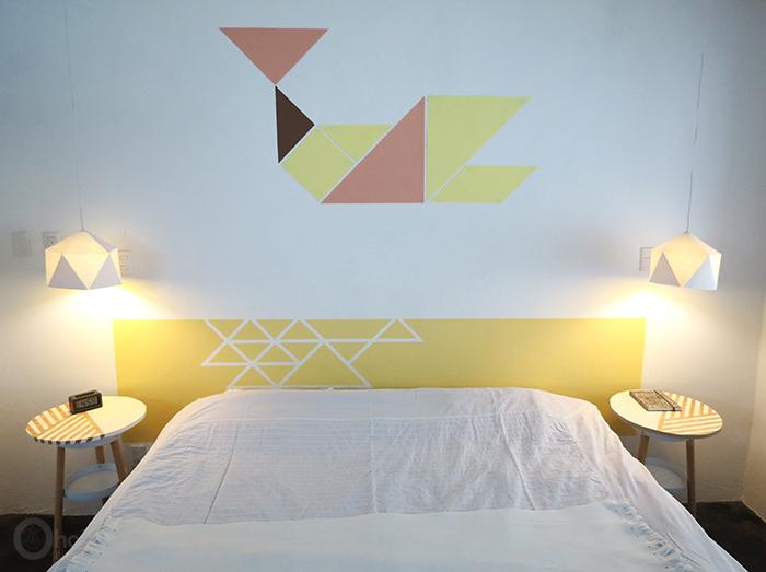 fabriquer une tete de lit originale à motifs géométriques, cadre jaune à triangles et autres triangles de couleurs diverses, diy deco chambre