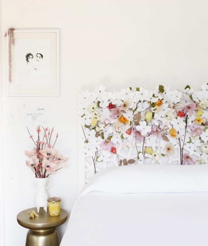 fabriquer une tete de lit ikea blanche en fleurs en papier multicolores, linge de lit blanc, table de nuit dorée